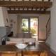 tavolo da cucina, divani e camino