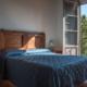 Camera con letto matrimoniale e ampia finestra