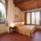 camera da letto matrimoniale con due finestre