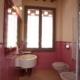 bagno con ampia finestra e rivestimento rosa