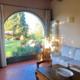soggiorno con divano, tavolo e ampia vetrata