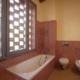 stanza da bagno con ampia finestra e vasca