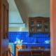 cucina con tavolo e rivestimento blu