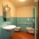 stanza da bagno con doccia e rivestimento azzurro